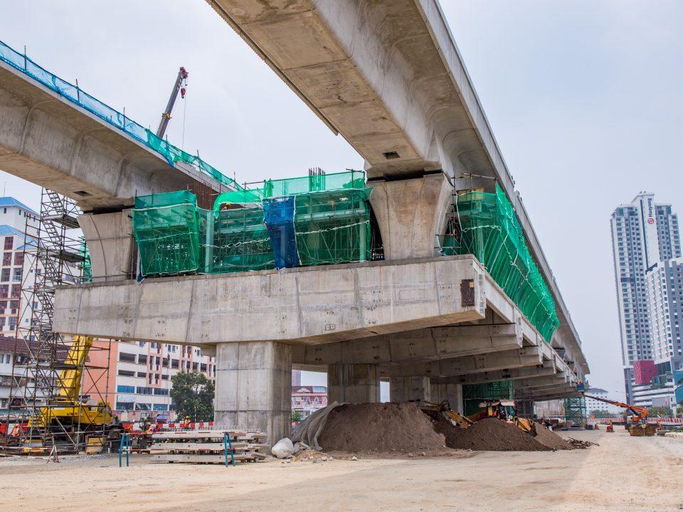 Pandangan tanah tapak Stesen MRT Serdang Raya Utara menunjukkan kerja-kerja pemasangan parapet sedang dijalankan.