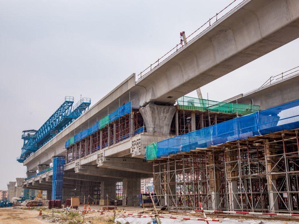 Pandangan tanah tapak Stesen MRT Serdang Raya Selatan menunjukkan pembinaan aras ruang legar sedang dijalankan.