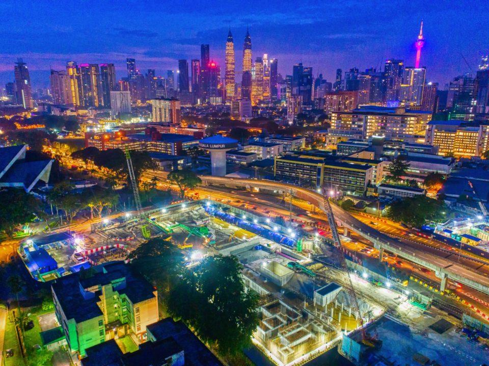 Pandangan malam tapak Stesen MRT Hospital Kuala Lumpur menunjukkan pembinaan dinding konkrit tetulang.