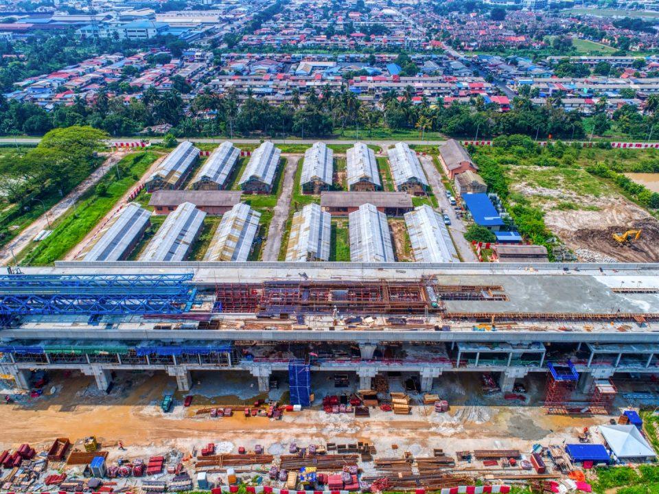Pandangan udara tapak Stesen MRT UPM menunjukkan pembinaan aras platform.