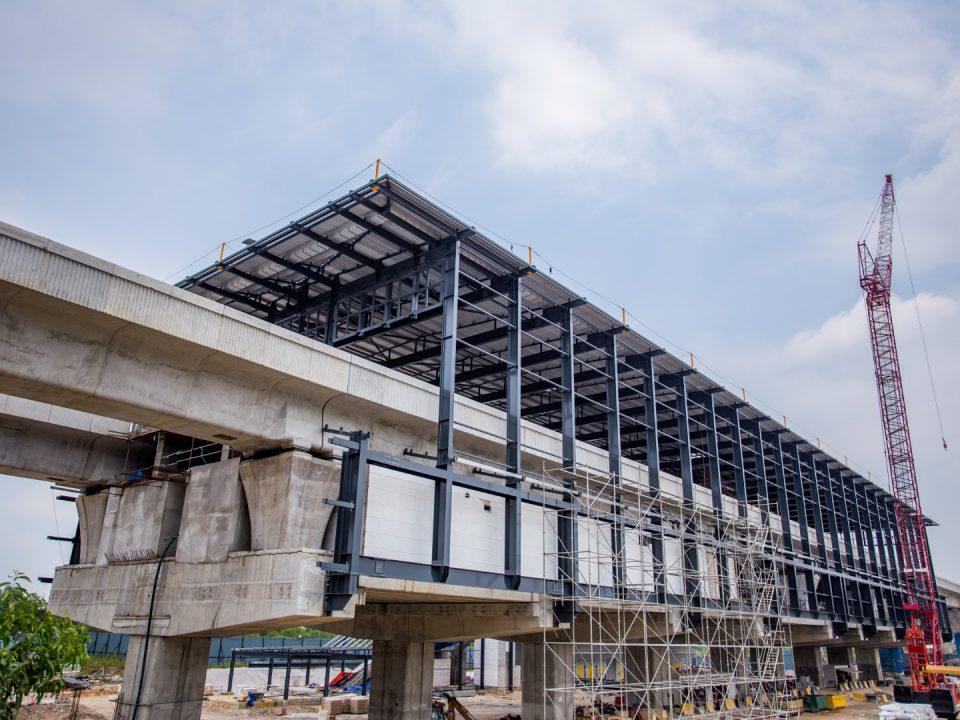 Pandangan pemasangan tertutup kekuda bumbung Stesen MRT 16 Sierra sedang dijalankan.