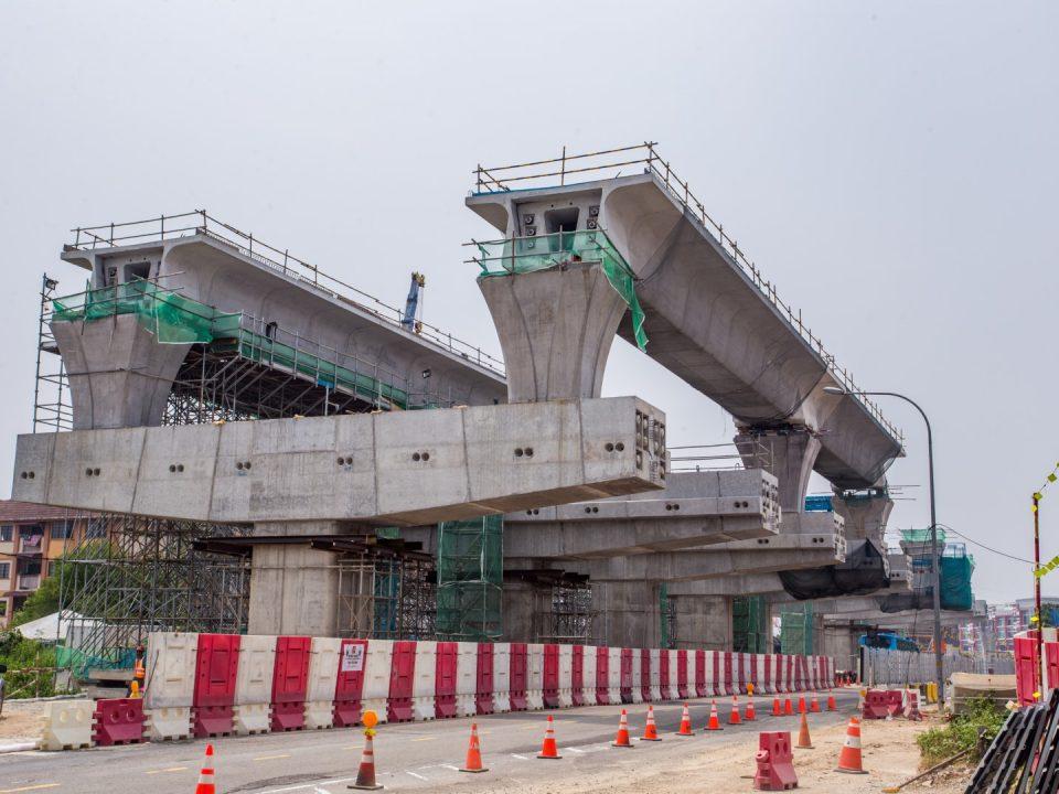 Pandangan tapak Stesen MRT Seri Kembangan menunjukkan pelancaran galang kekotak bersegmen oleh tresel sedang berjalan.