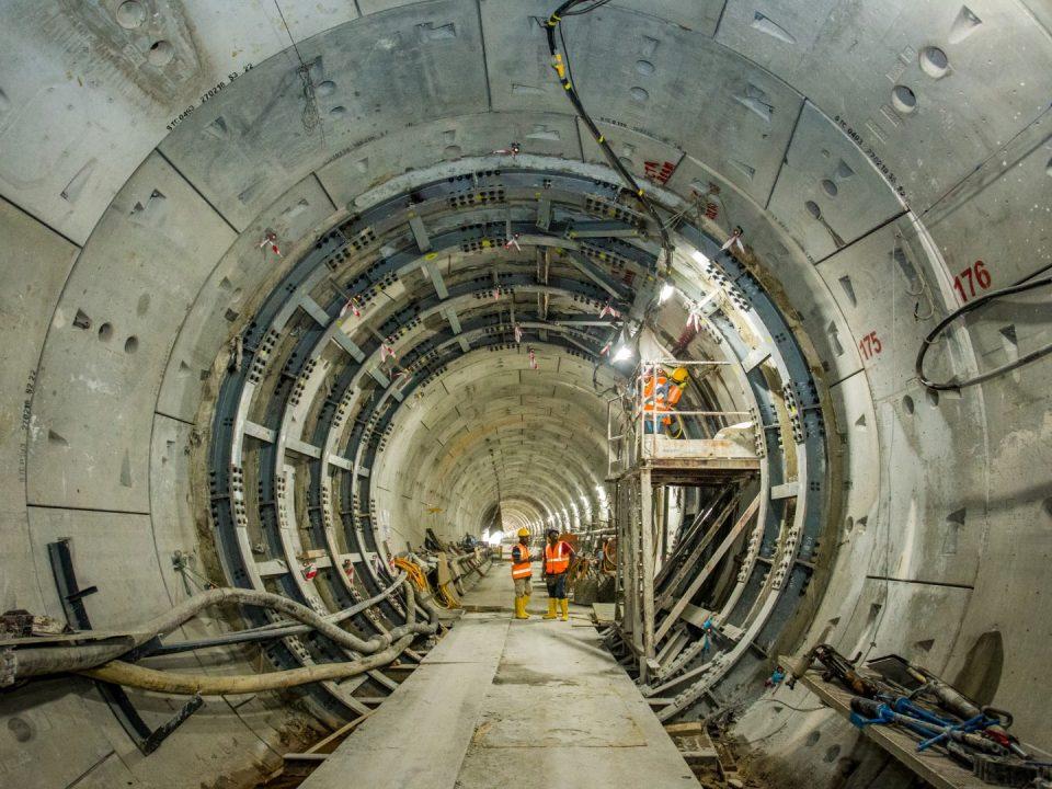 Pandangan pemasangan rasuk gelang di dalam terowong di antara Stesen MRT Bandar Malaysia Utara dan Stesen MRT Chan Sow Lin.