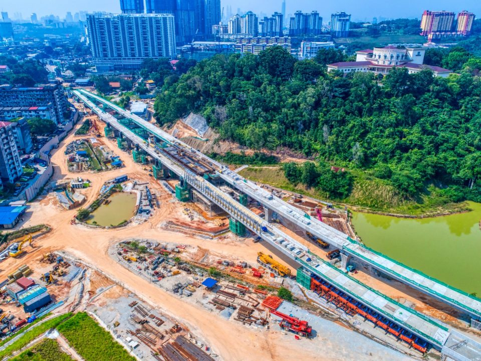 Pandangan udara tapak Stesen MRT Taman Naga Emas menunjukkan kerja-kerja aras platform stesen sedang berjalan.