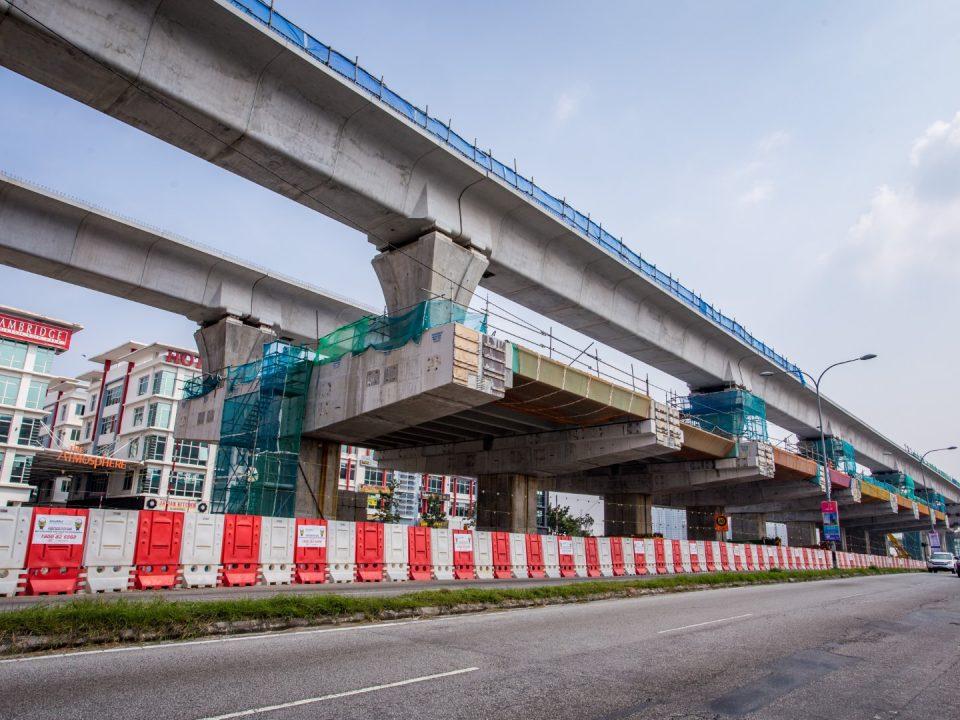 Pandangan tanah menunjukkan pembinaan papak aras ruang legar Stesen MRT Taman Putra Permai sedang dijalankan.