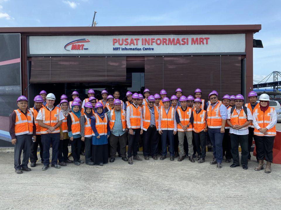 GAMBAR BERKUMPULAN: Gambar berkumpulan perwakilan Majlis Amanah Rakyat bersama pegawai Mass Rapid Transit Corporation Sdn Bhd di hadapan Pusat Informasi MRT Bandar Malaysia