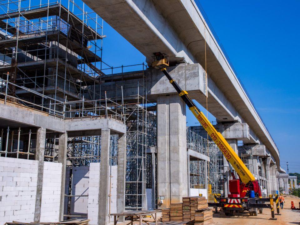 Kerja-kerja bongkah aras ruang legar sedang dijalankan di tapak Stesen MRT Cyberjaya Utara.