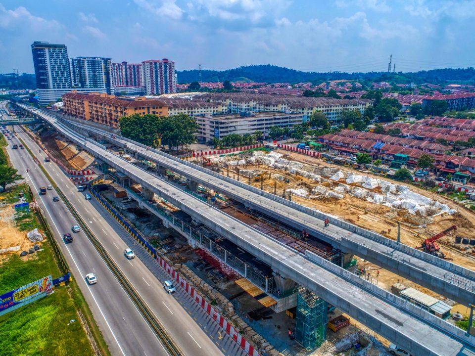 Pandangan udara tapak Stesen MRT Taman Equine menunjukkan rasuk aras tengah yang telah siap dan sokongan sementara untuk aras platform sedang dijalankan.