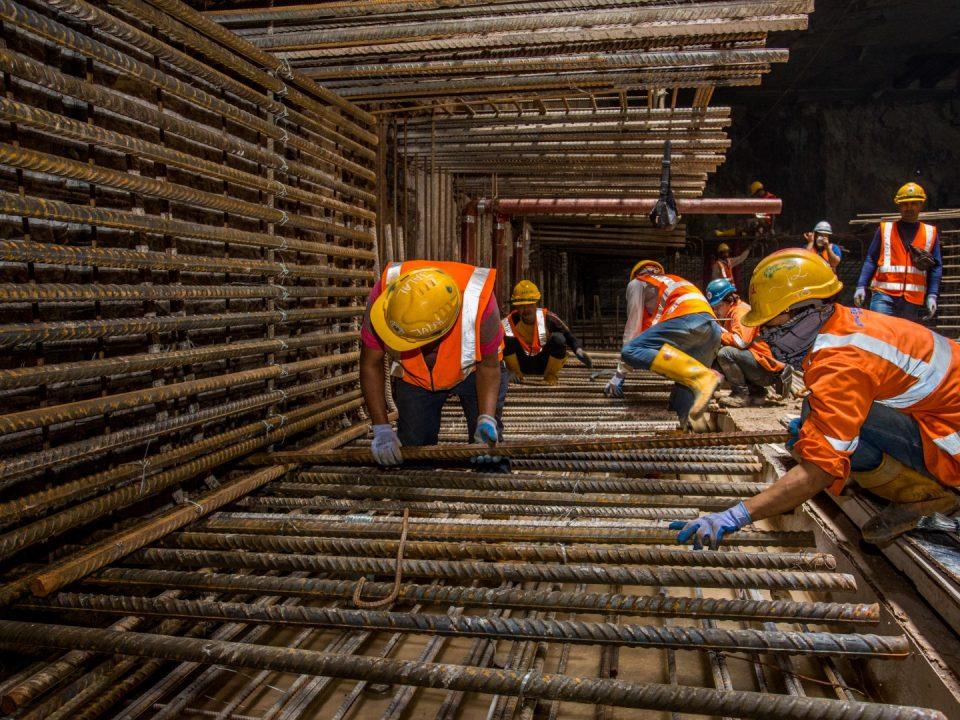Pandangan tanah kerja-kerja pemasangan rebar sedang dijalankan untuk papak Platform Bawah di tapak Stesen MRT KLCC Timur.