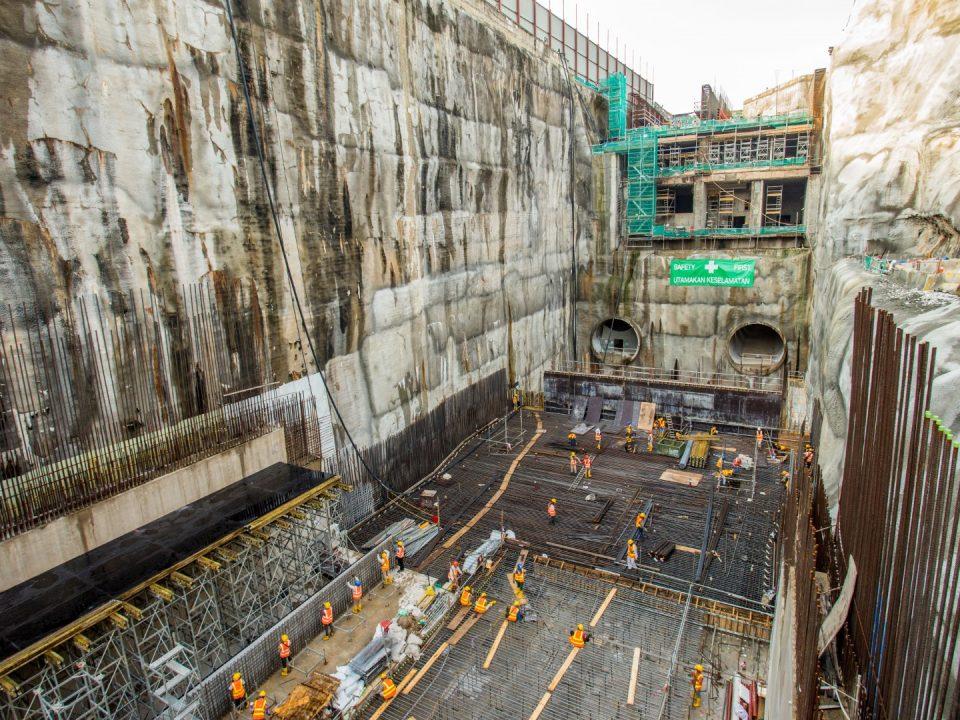 Pembinaan papak asas dan ekzos atas landasan sedang dijalankan di tapak Stesen MRT Chan Sow Lin.