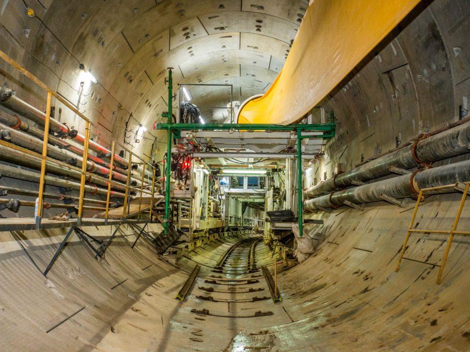 Pandangan Mesin Pengorek Terowong S-775, sedang dalam proses bertukar dari mod Ketumpatan Pembolehubah ke mod Keseimbangan Tekanan Bumi, menggali dari Stesen MRT Conlay ke arah Stesen MRT Ampang Park.