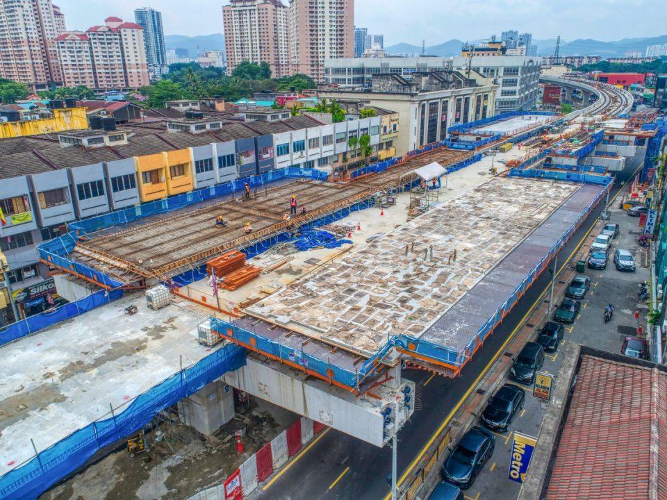 Pandangan udara kerja-kerja konkrit platform ruang legar Stesen MRT Kentonmen.