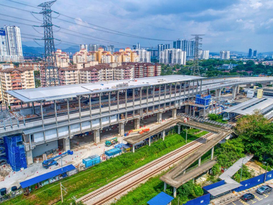 Kerja-kerja struktur besi sedang dijalankan di tapak Stesen MRT Kampung Batu.