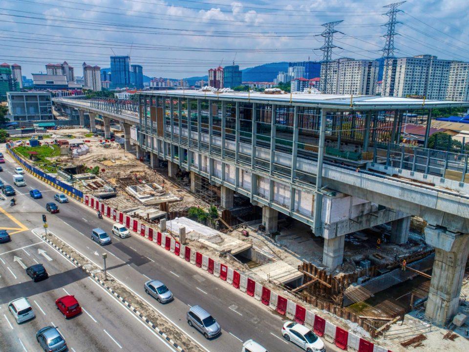 Pandangan udara kerja-kerja pemasangan fakad di Stesen MRT Jinjang.