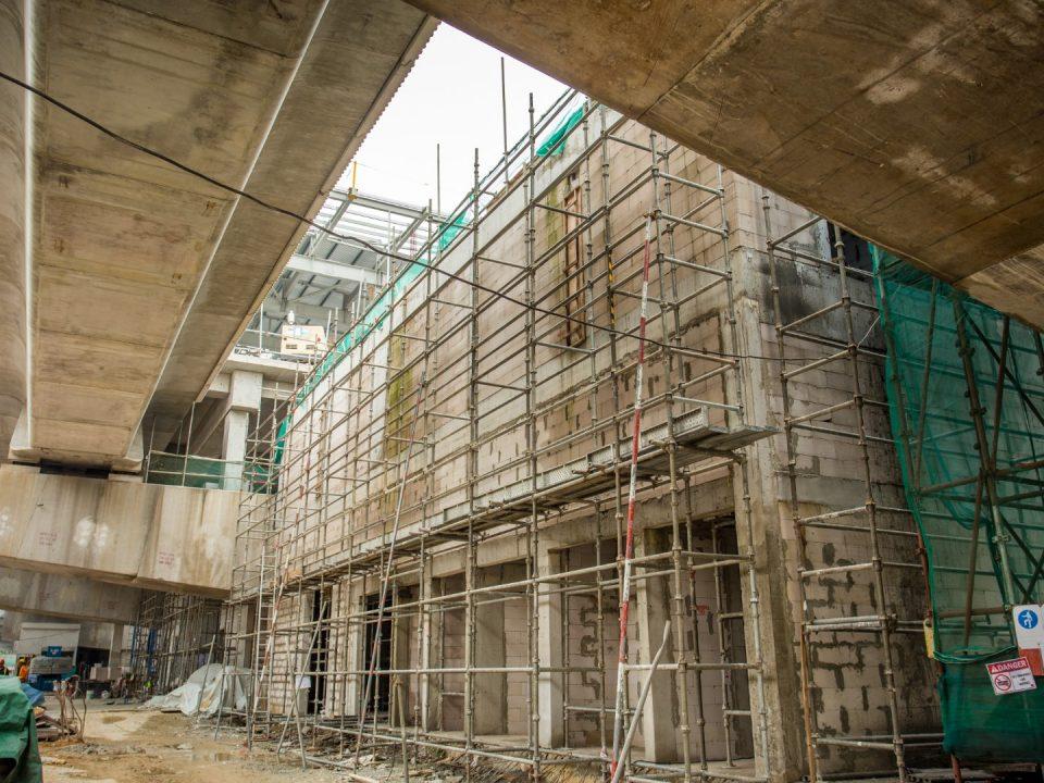 Kerja-kerja melepa luaran dinding sedang dijalankan di tapak Stesen MRT Metro Prima.