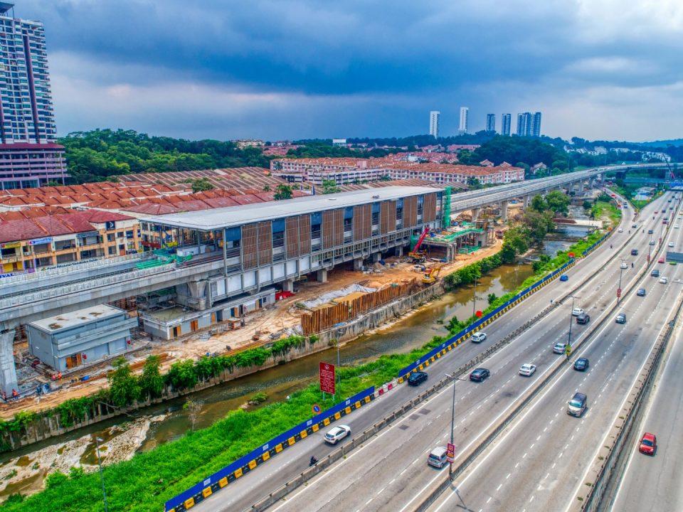 Pandangan udara kerja-kerja seni bina di Stesen MRT Damansara Damai sedang berjalan.