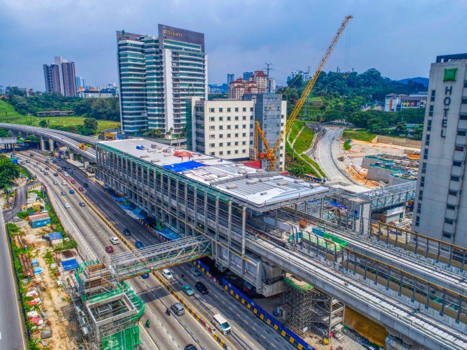 Pandangan udara kerja-kerja bumbung dan pemasangan fakad sedang dijalankan di tapak Stesen MRT Sri Damansara Barat.