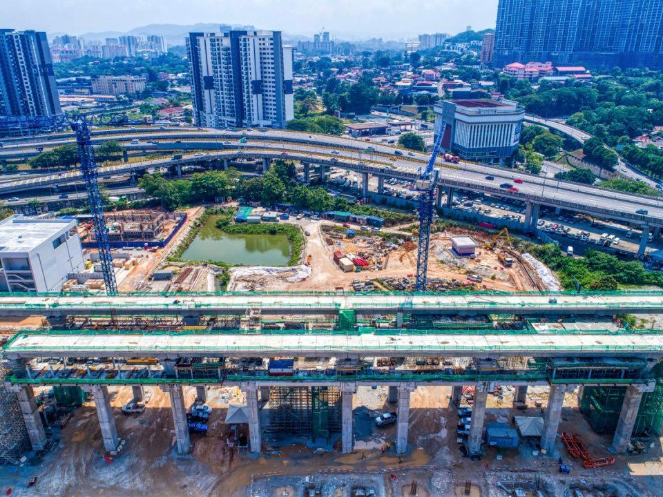 Pandangan udara tapak Stesen MRT Kuchai Lama menunjukkan kerja-kerja aras ruang legar, tengah dan platform stesen sedang dijalankan.