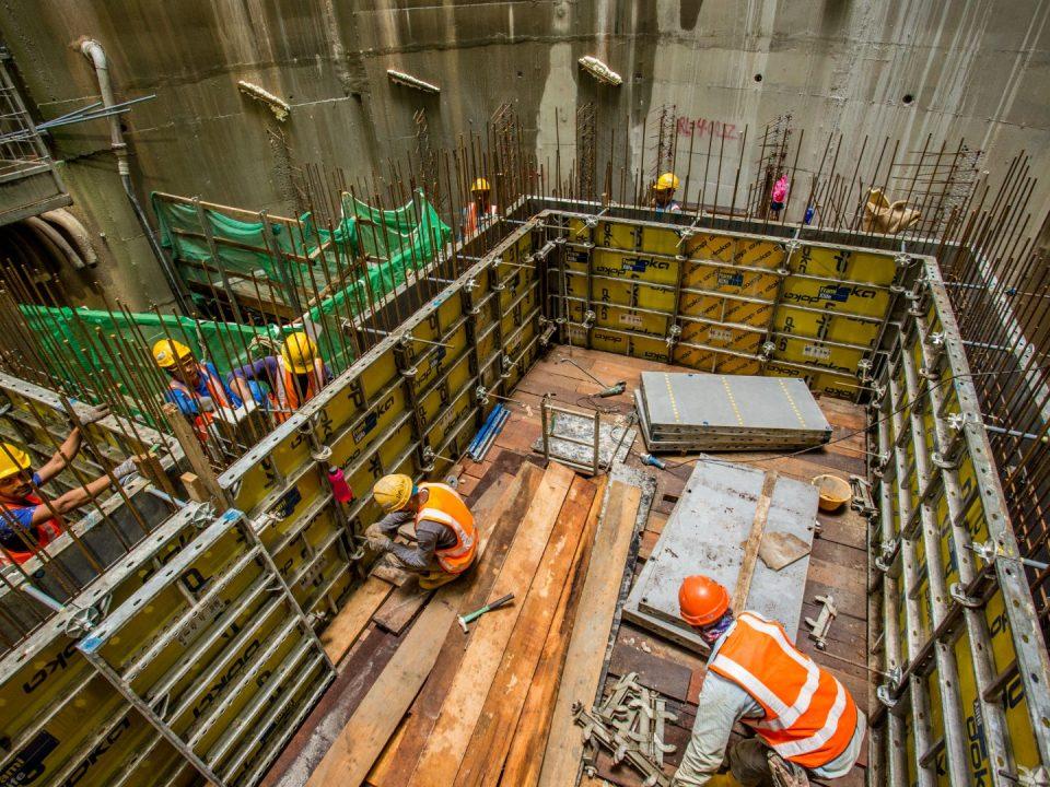 Pemasangan kerja acuan untuk dinding dalaman di aras terowong hala utara di Syaf Kecemasan 3.