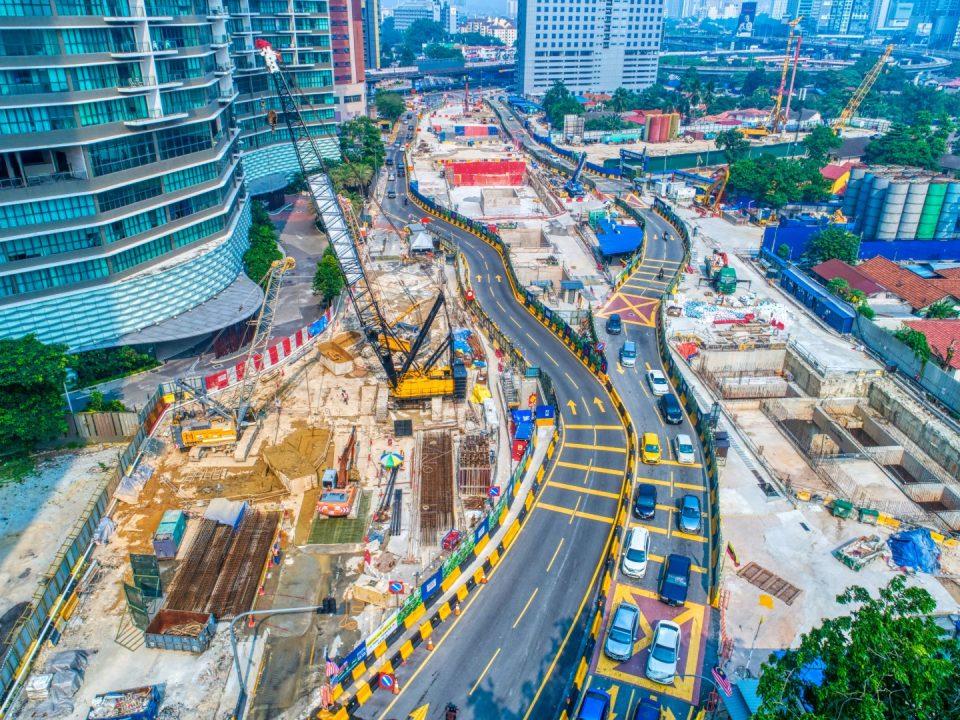 Pandangan udara tapak Stesen MRT Kampung Baru Utara menunjukkan penggalian dinding diafragma di Pintu Masuk B yang terletak di hadapan Kondominium Setia Sky. Turut boleh dilihat adalah penggalian dan konkrit tetulang sedang dijalankan di papak ruang legar kekotak stesen.