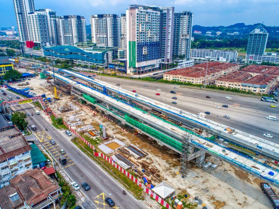 Pandangan udara tapak Stesen MRT Serdang Raya Utara menunjukkan kerja-kerja pemasangan tembok sedang berjalan.