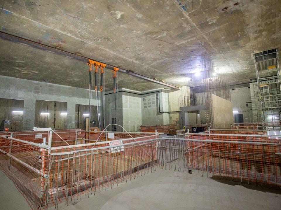 Pandangan rasuk pengangkat untuk pemasangan kerangka teras di aras ruang legar bawah Stesen MRT Sentul Barat.