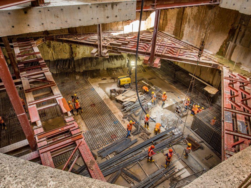 Pandangan kerja-kerja pembinaan papak konkrit tetulang dalam persediaan untuk penerimaan mesin pengorek terowong hala selatan dari Persilangan Hospital Kuala Lumpur ke arah Stesen MRT Ampang Park.