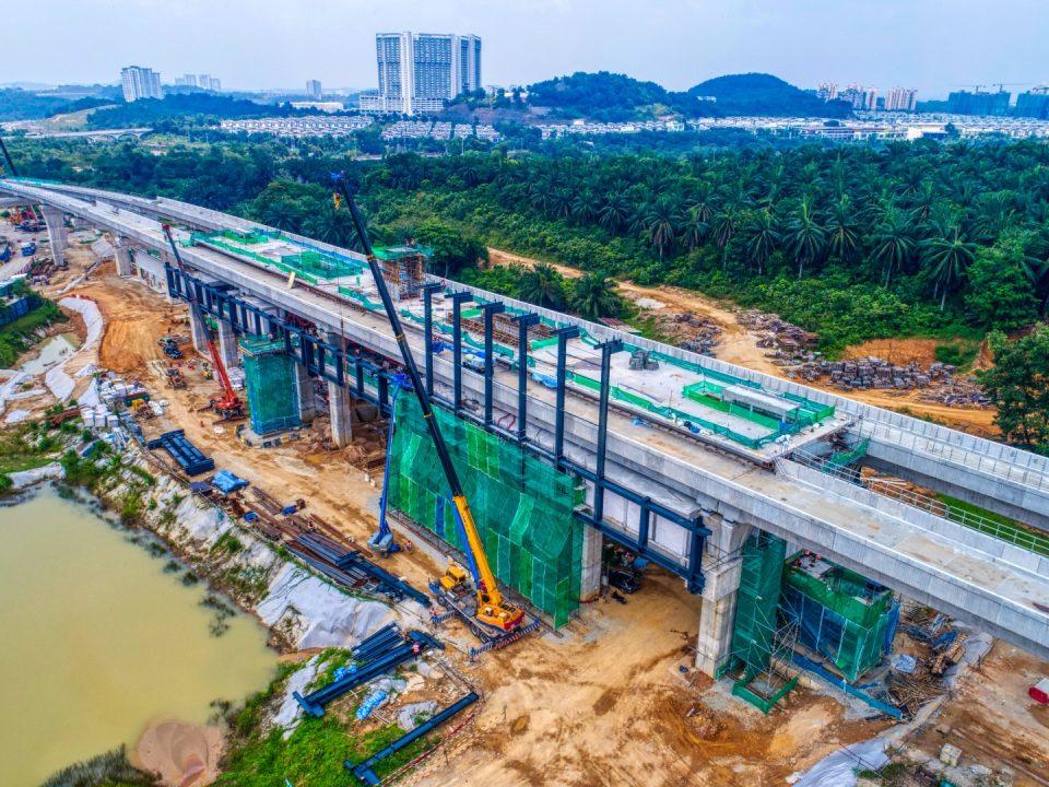 Pandangan udara Stesen MRT Cyberjaya City Centre menunjukkan struktur bumbung besi sedang dijalankan.