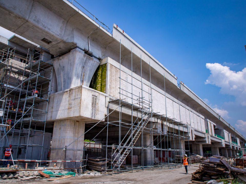 Pandangan Stesen MRT Putrajaya Sentral menunjukkan kerja-kerja melepa luaran dan tangga sedang dijalankan.