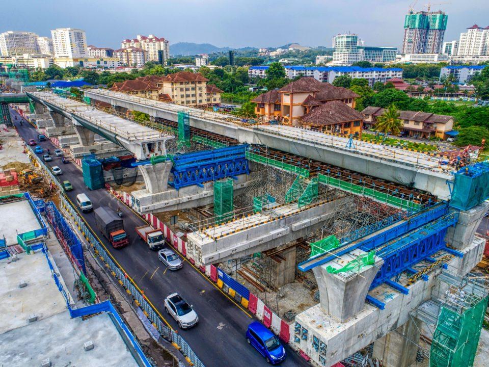 Pandangan udara tapak Stesen MRT Seri Kembangan menunjukkan kerja-kerja pembinaan galang kekotak bersegmen sedang berjalan.