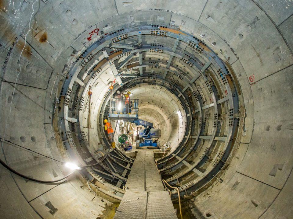 PPembinaan saluran sesilang terowong selepas penyiapan laluan terowong untuk mewujudkan sambungan antara dua terowong sebagai pemindahan kecemasan di tapak Stesen MRT Bandar Malaysia Utara.