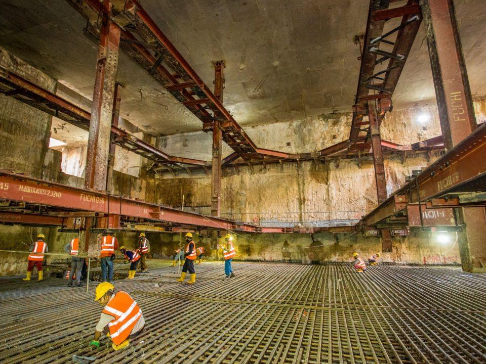Kerja-kerja konkrit tetulang papak asas sedang dijalankan di papak asas tapak Stesen MRT Bandar Malaysia Selatan.