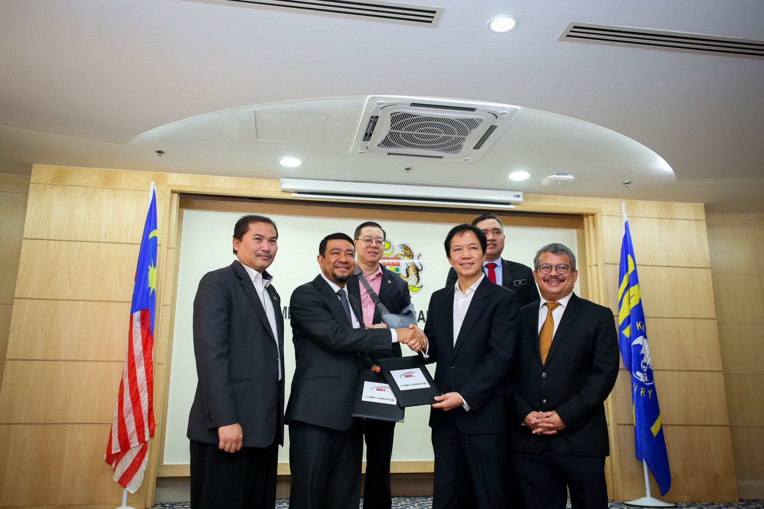 PERTUKARAN DOKUMEN: Ketua Pegawai Eksekutif Mass Rapid Transit Corporation Sdn Bhd, Encik Abdul Yazid Kassim (dua dari kiri) bertukar Perjanjian Tambahan Laluan MRT Sungai Buloh-Serdang-Putrajaya yang telah ditandatangani, dengan Pengarah MMC Gamuda KVMRT (PDP SSP) Sdn Bhd, Dato' Ir. Paul Ha (tiga dari kanan)