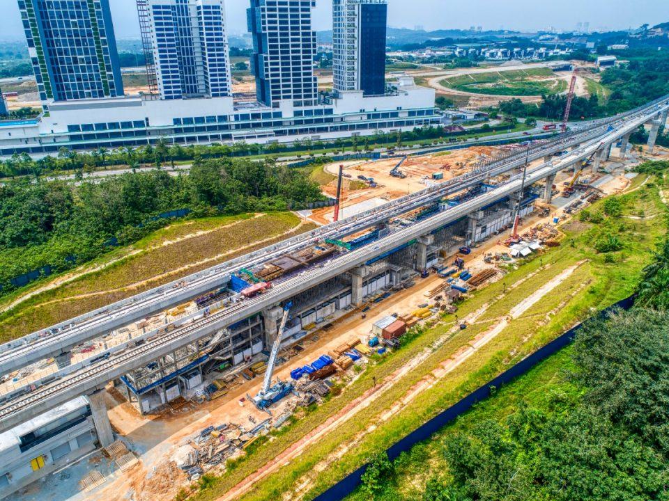 Pandangan udara Stesen MRT Cyberjaya Utara menunjukkan platform kekotak stesen dan pemasangan acuan rasuk konkrit pra-tegasan sedang dijalankan.