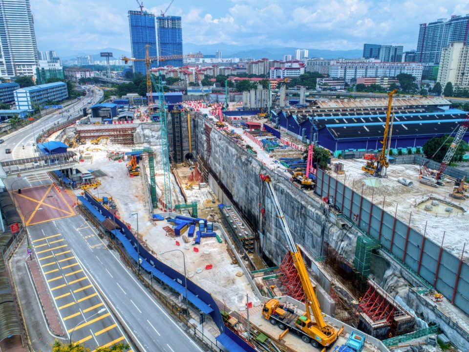 Pandangan udara tapak Stesen MRT Chan Sow Lin menunjukkan pembinaan Lebuhraya DUKE.