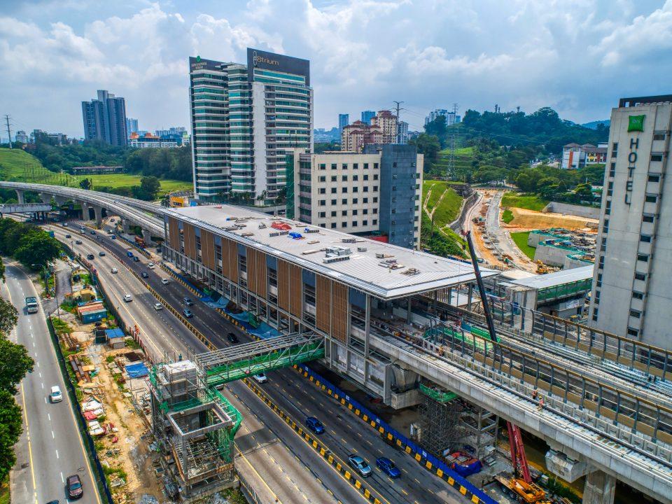 Pandangan udara tapak Stesen MRT Sri Damansara Barat menunjukkan pemasangan kekotak bunyi dan bumbung Pintu A sedang dijalankan