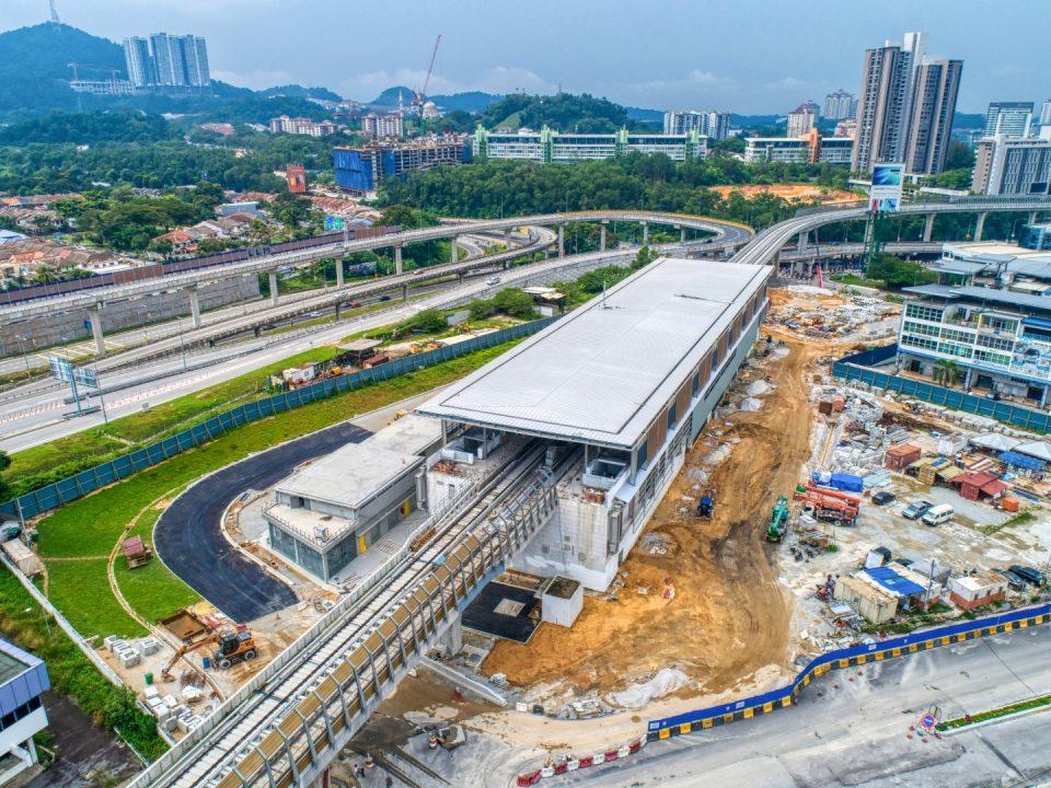 Pandangan udara tapak Stesen MRT Sri Damansara Sentral menunjukkan kerja-kerja penjubinan aras ruang legar dan kerja-kerja luaran sedang dijalankan