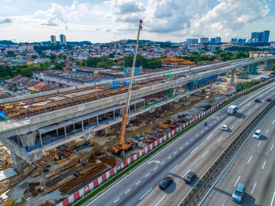 Pandangan udara pembinaan aras platform Stesen MRT Serdang Raya Selatan.