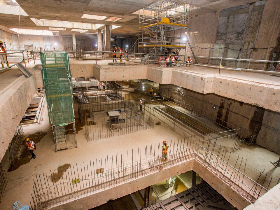 Pandangan pembinaan struktur bukan galas beban konkrit tetulang di aras ruang legar bawah Stesen MRT Ampang Park.
