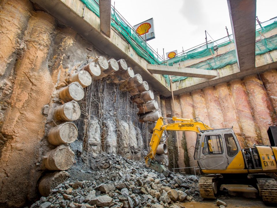 Kerja-kerja penggalian sedang dijalankan di laluan bawah berhampiran Lebuhraya KL-Seremban.