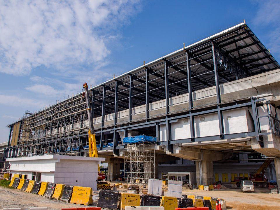 Pemasangan permukaan kekisi luar sedang dijalankan di tapak Stesen MRT 16 Sierra.