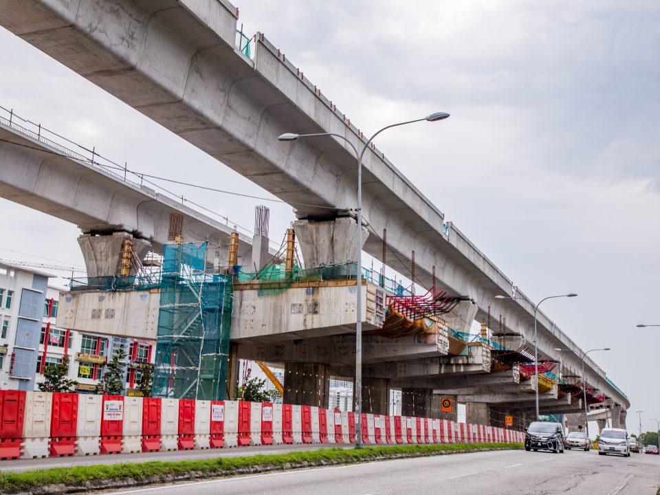 Kerja-kerja papak stesen dan pemasangan parapet sedang dijalankan di tapak Stesen MRT Putra Permai.