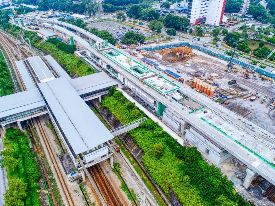 Pandangan udara kerja-kerja platform Stesen MRT Putrajaya Sentral sedang dijalankan.