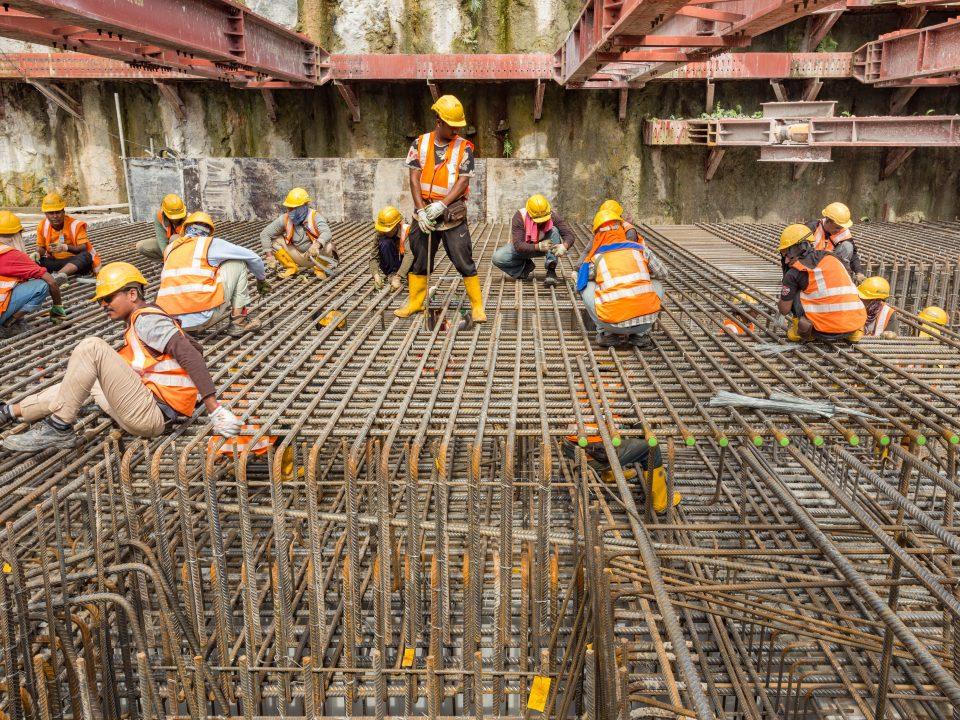 Kerja-kerja rebar untuk papak aras ruang legar sedang dijalankan di kekotak Stesen MRT Bandar Malaysia Utara.
