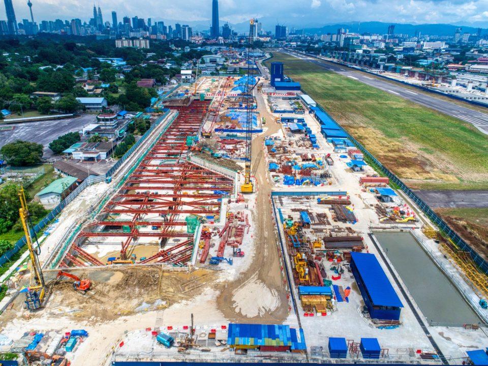 Pandangan udara tapak Stesen MRT Bandar Malaysia Selatan menunjukkan penggalian kekotak stesen sedang dijalankan.