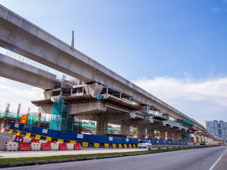 Pembinaan bilik-bilik stesen dan pemasangan penyusur tangan sedang dijalankan di tapak Stesen MRT Taman Equine.