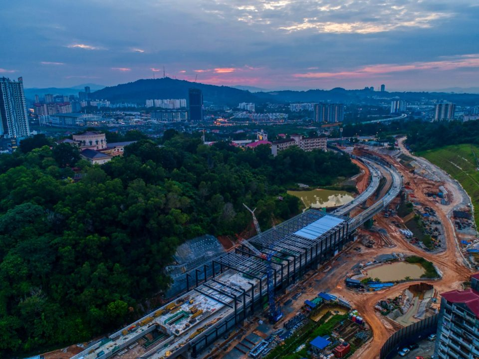 Pandangan udara tapak Stesen MRT Taman Naga Emas menunjukkan pemasangan struktur besi dan lapisan bumbung sedang dijalankan.