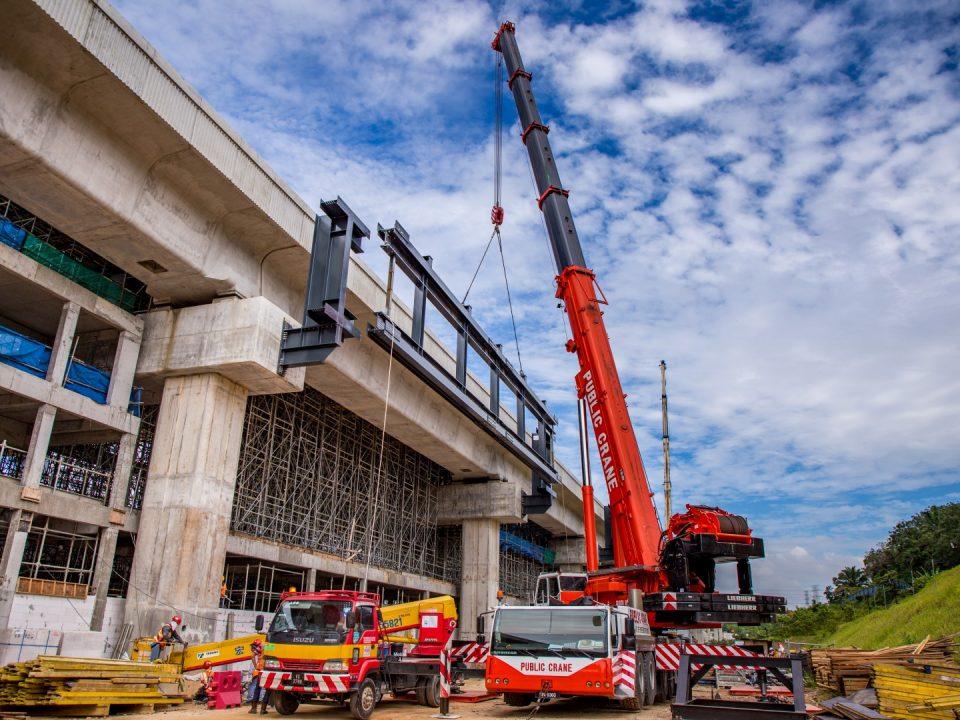 Sesangga dan pemasangan kekuda bumbung utama sedang dijalankan di tapak Stesen MRT Cyberjaya Utara.