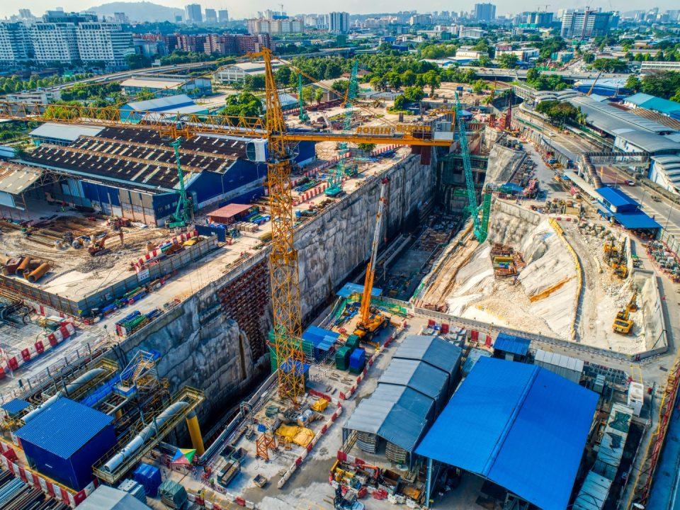 Pandangan udara tapak Stesen MRT Chan Sow Lin menunjukkan kerja-kerja tetulang untuk kekotak stesen rancak dijalankan.