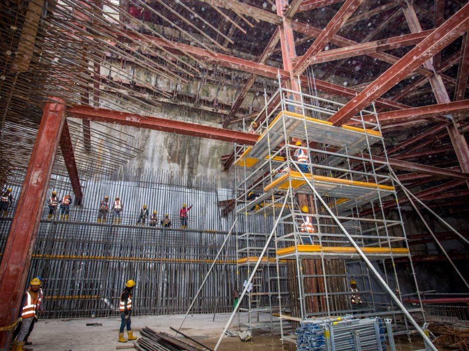 Pandangan pembinaan tiang dan dinding perimeter Pintu B Stesen MRT Conlay.